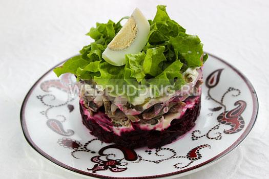Салат с свеклой и черносливом слоями