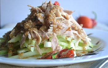 Салат из курицы с кунжутной заправкой