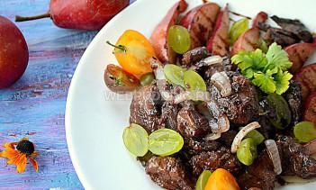 Теплый салат из куриной печени с карамельными грушами