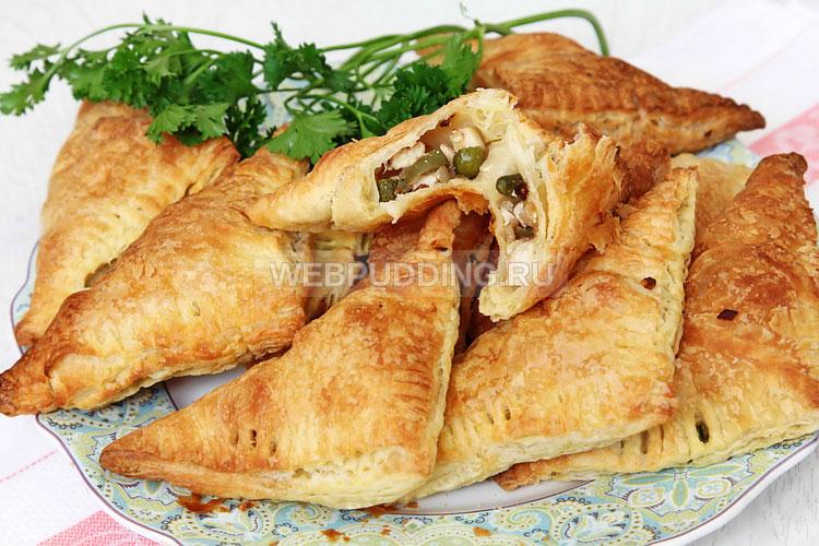 Слоеные пирожки из готового теста с курицей
