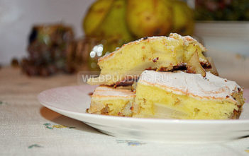 Яблочно-грушевая шарлотка с белковой шапкой