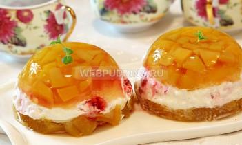 Персиковый десерт с малиной и взбитыми сливками