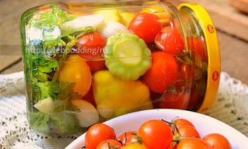 Маринованные помидоры черри на зиму с овощами