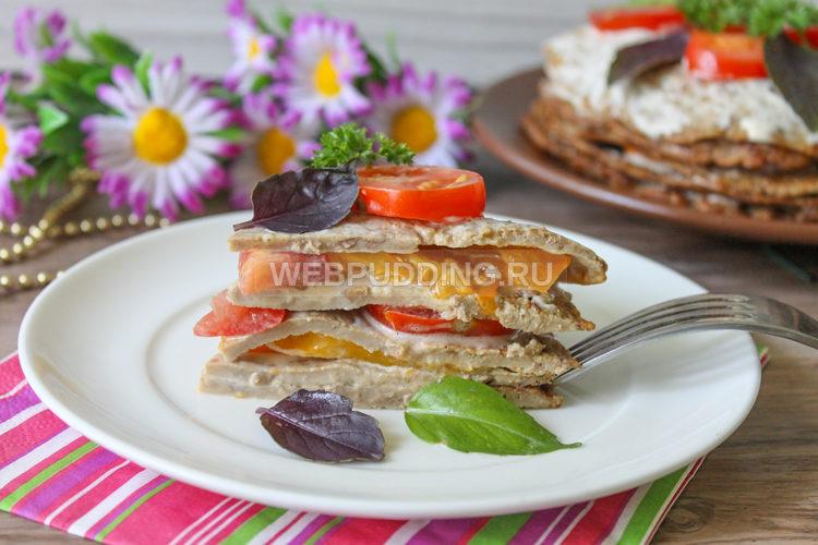 Печеночный торт с разноцветными помидорами