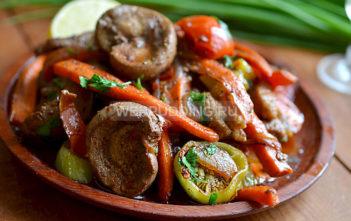 Бараньи почки со свининой и овощами