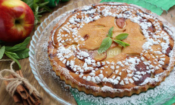 Постный пирог с яблоками Во время поста очень хочется себя побаловать вкусным десертом, приготовленным из разрешенных продуктов. На выручку придет рецепт постного яблочного пирога — нежного, в меру сладкого, с дразнящим ароматом корицы и ванили. Безусловно, выпечка не получится точно такой же, как традиционная сдоба, ведь в рецепте не используются яйца, молоко или сливочное масло. Но по вкусу этот пирог может вполне конкурировать с классической шарлоткой. Яблоки отлично пропекаются и насыщают своим ароматом тесто, пирог очень нежный и моментально расходится за семейным чаепитием. К тому же готовить его одно удовольствие, ведь достаточно просто соединить все ингредиенты и отправить противень в духовку. Для приготовления пирога подойдут любые сладкие яблоки, в частности «лигольд» и «медовое». А вот от кислых сортов вроде «семеренко» лучше отказаться, они менее ароматные и практически никогда не используются для яблочных десертов. Количество фруктов можно регулировать в зависимости от размеров формы. В рецепте использовалась большая круглая форма диаметром 25 см, высота бортика 3 см, на дно которой в 2 слоя поместилась пара средних яблок, нарезанных тонкими ломтиками. Фрукты отлично пропеклись, но пирог получился невысоким. Можно взять форму меньшего диаметра 18-20 см, тогда выпечка получится более пышной, но время приготовления придется увеличить на 5-7 минут, проверяя степень готовности при помощи деревянной зубочистки. Форму лучше брать силиконовую, чтобы было проще вынимать готовый пирог. Время приготовления: 40 минут Выход: 6 порций Ингредиенты сладкие яблоки 2-3 шт. пшеничная мука 150 г вода 150 мл рафинированное растительное масло 50 мл сахар 100 г соль 1 щеп. разрыхлитель теста 1 ч. л. ванилин 1 щеп. корица 1-2 щеп. Как приготовить постный пирог с яблоками Яблоки моем, удаляем сердцевину и нарезаем тонкими ломтиками. Кожуру снимать не нужно, она поможет сохранить целостность фруктов при запекании, когда яблоки станут мягкими. Форму смазываем небольшим количеств