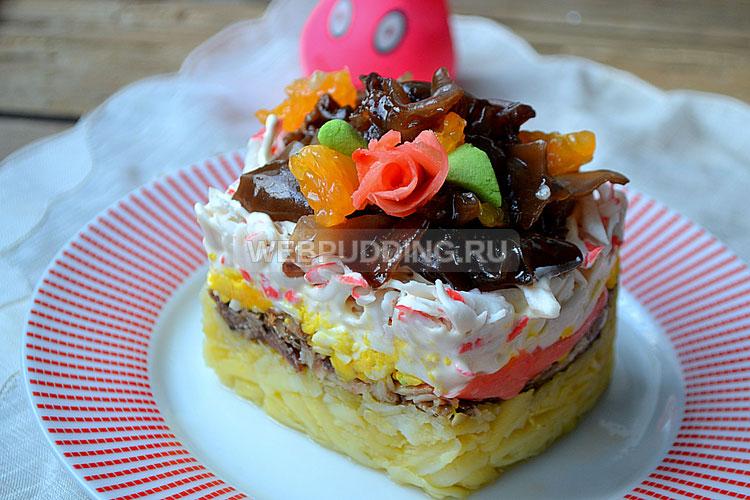 Слоёный салат с крабовыми палочками и шпротами