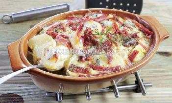 Картофельная запеканка с тремя видами сыра и салями