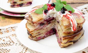 Пирог из оладьев с ягодами