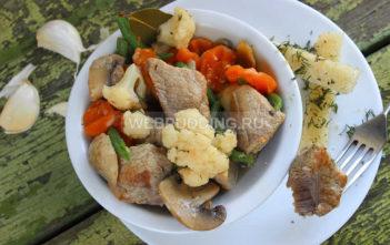 Тушеная свинина с грибами и овощами