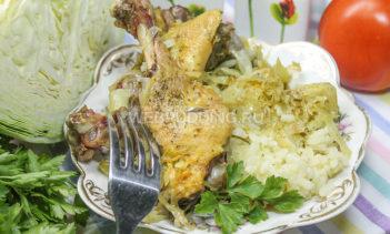 Запеченные утиные бедрышки с рисом и капустой
