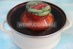 pomidory-v-sobstvennom-soku-s-chesnokom-na-zimu-8