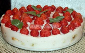 Торт без выпечки с клубникой