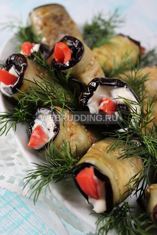 ruletiki-iz-baklazhanov-s-pomidorami-i-chesnokom-10