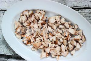 salat-iz-kuricy-s-pomidorami-i-syrom-1