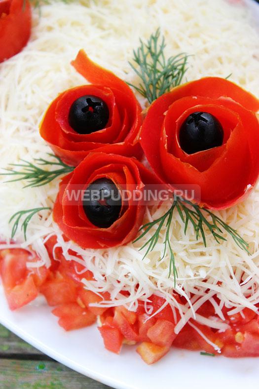 salat-iz-kuricy-s-pomidorami-i-syrom-11
