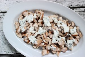 salat-iz-kuricy-s-pomidorami-i-syrom-2