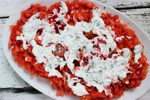 salat-iz-kuricy-s-pomidorami-i-syrom-4