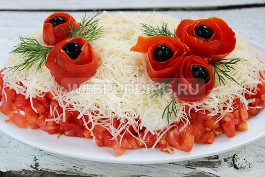 salat-iz-kuricy-s-pomidorami-i-syrom-6