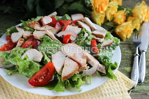 salat-s-indejkoj-i-pomidorami-7