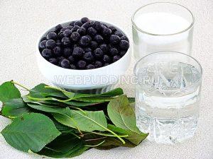 varene-iz-chernoplodnoj-ryabiny-s-vishnyovym-listom-1