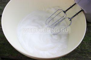 biskvitnyj-rulet-s-klubnichnym-kremom-1