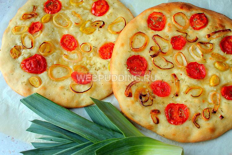 Фокачча с помидорами и луком-пореем