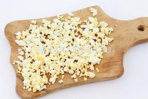 salat-iz-krabovyh-palochek-i-kukuruzy-4
