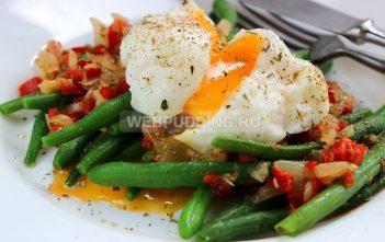 Теплый салат со спаржевой фасолью и яйцом