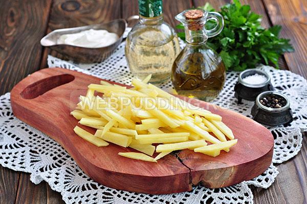 Шаг 1. Нарезаю картофель тонкими брусочками.