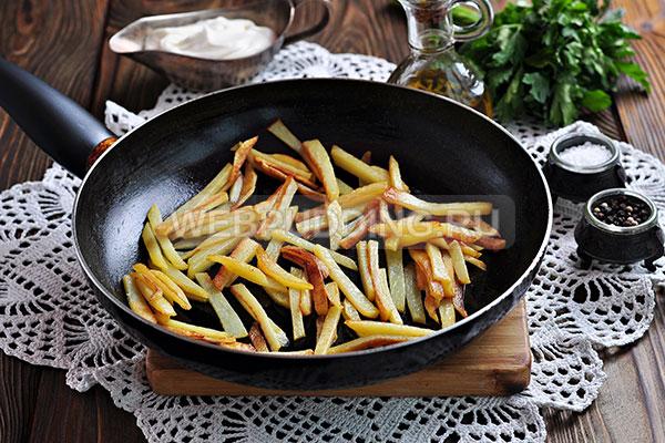 Шаг 2. Жарю картофельные брусочки до готовности.