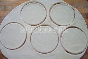 Шаг 7. Раскатываю тесто и вырезаю формы для вареников.