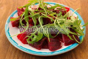 svekolnyj-salat-s-rukkoloj-i-syrom-2
