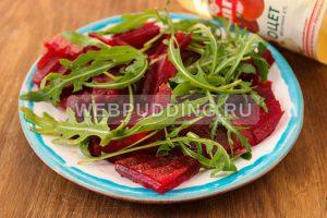 svekolnyj-salat-s-rukkoloj-i-syrom-3