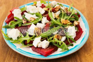 svekolnyj-salat-s-rukkoloj-i-syrom-5