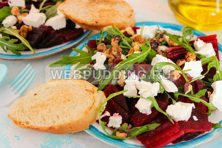 Свекольный салат с рукколой и сыром