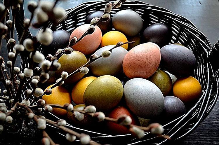 Окрашивание яиц на Пасху
