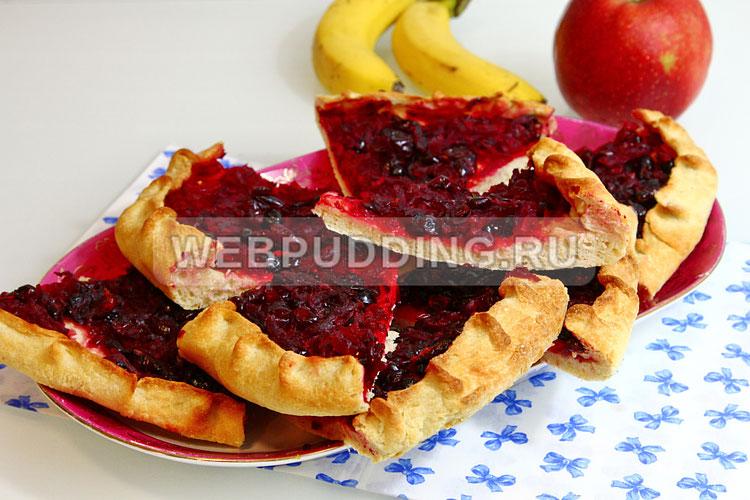 Постный пирог со свёклой и сушёной вишней