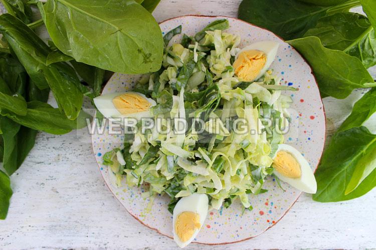 Салат из молодой капусты со шпинатом