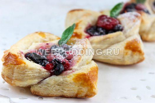 Слойки с ягодами из готового слоеного теста