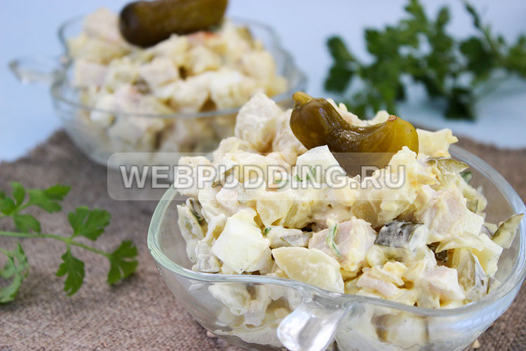 Салат с копченой курицей и огурцами