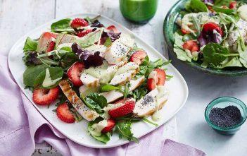 Салат из куриного филе, клубники, шпината и рукколы